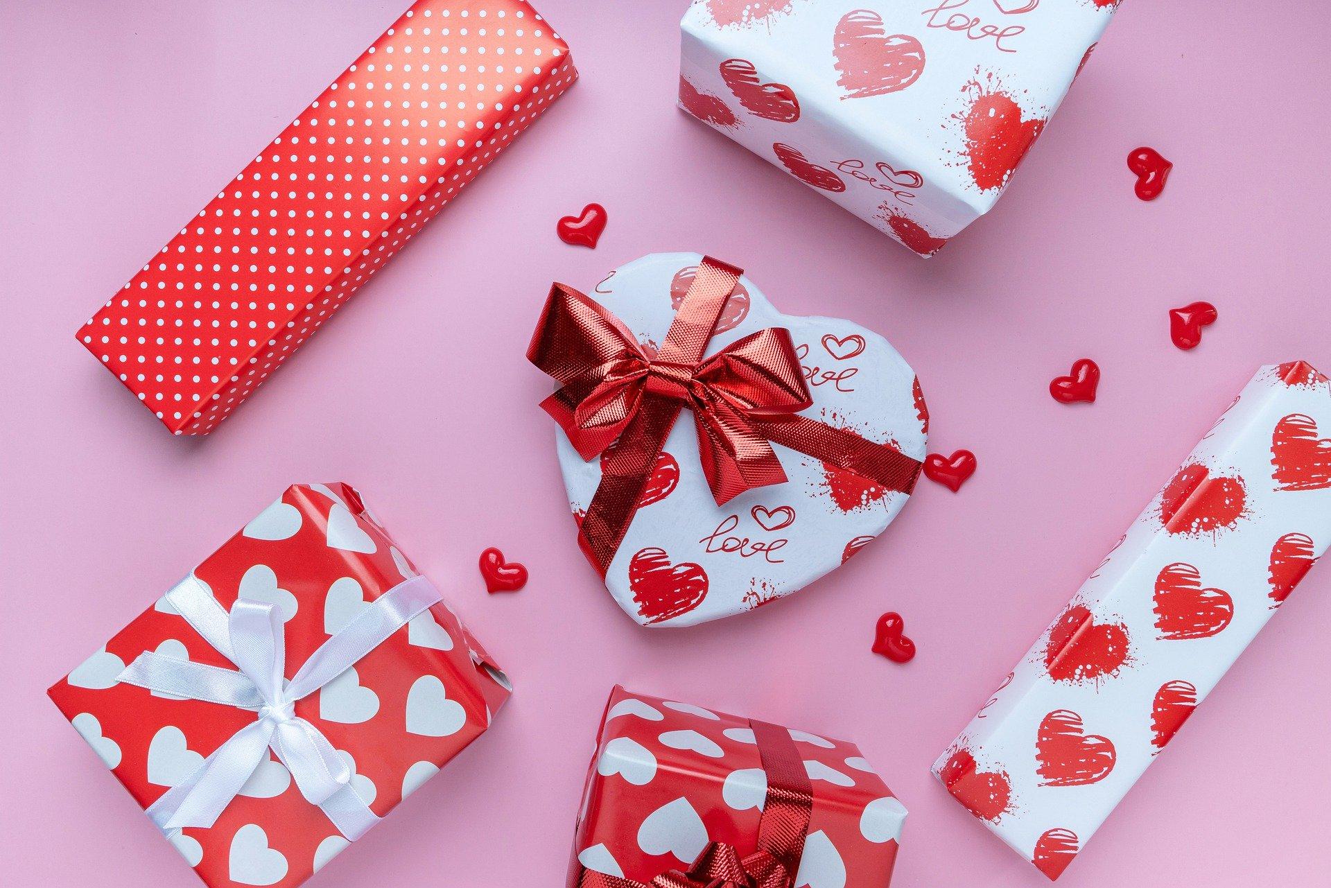 Какие подарки будут на День влюбленных: мягкие игрушки, товары для взрослых, сладкое и массаж?