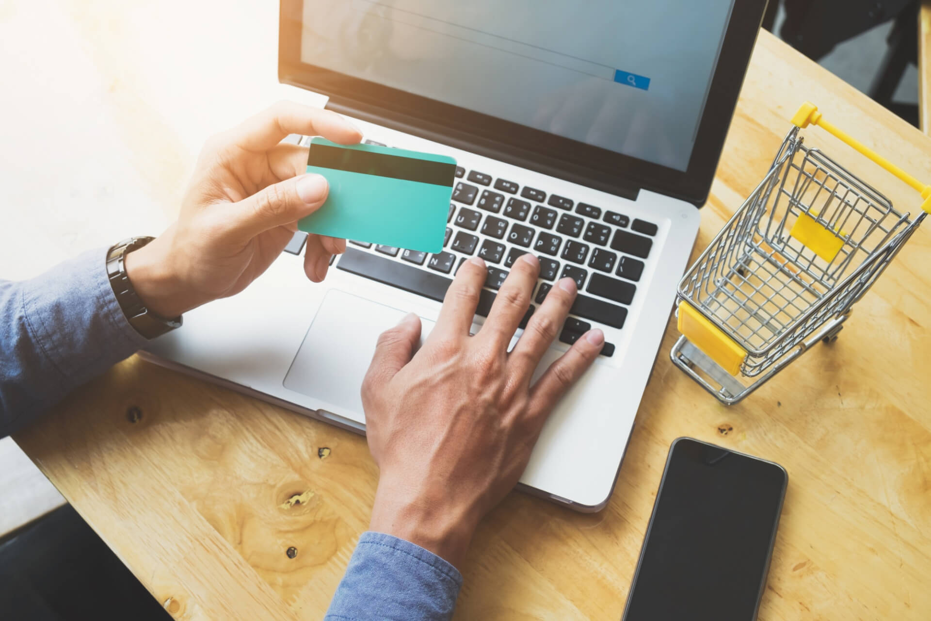 Шопинг раскинул Сеть. Россияне нарастили онлайн-покупки в 2,3 раза за год